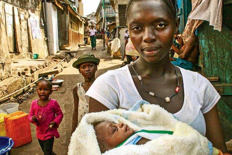 一般人對「飢餓」的印象似乎來自非洲,但其實全球各地都有飢民。圖為非洲一名抱著孩子的母親。