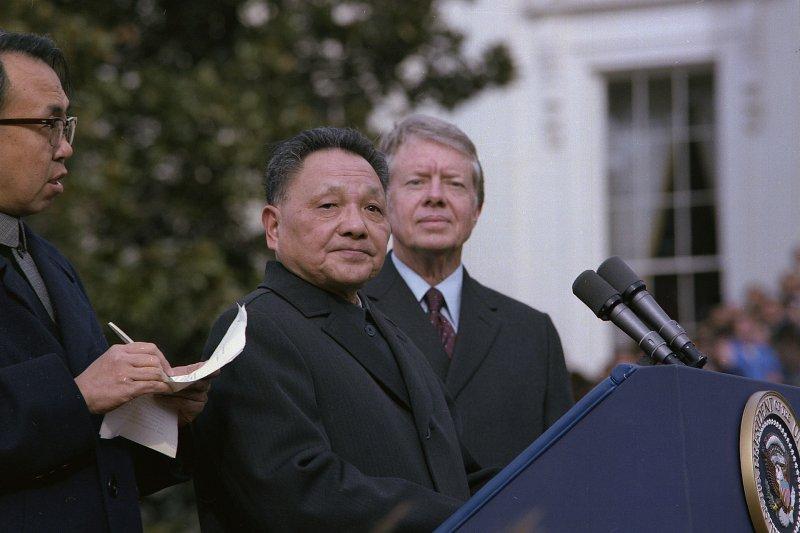 在美發表演說的鄧小平,右為美國總統卡特。(翻攝維基百科)
