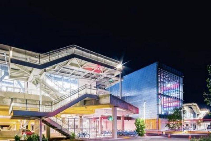 臉書新總部設計圖,全部透明玻璃水採開放辦公空間,在此工作如透明人般毫無隱私。(取自網路)