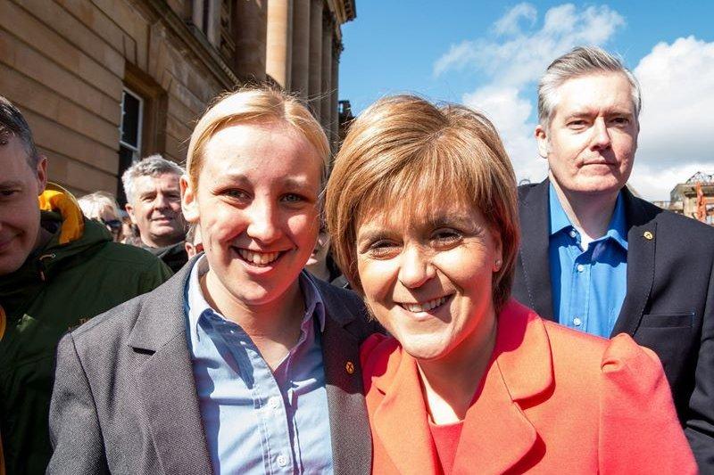 英國新當選的最年輕國會議員布萊克(Mhairi Black)與蘇格蘭獨立黨黨魁史特金