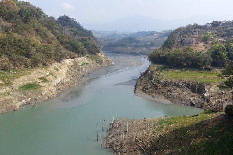 缺水的台灣西半部水情仍不樂觀,中央大學大氣系兼任副教授彭啟明15日在臉書指出,到月底都看不到明顯降雨的訊號。(資料照,朱淑娟攝)