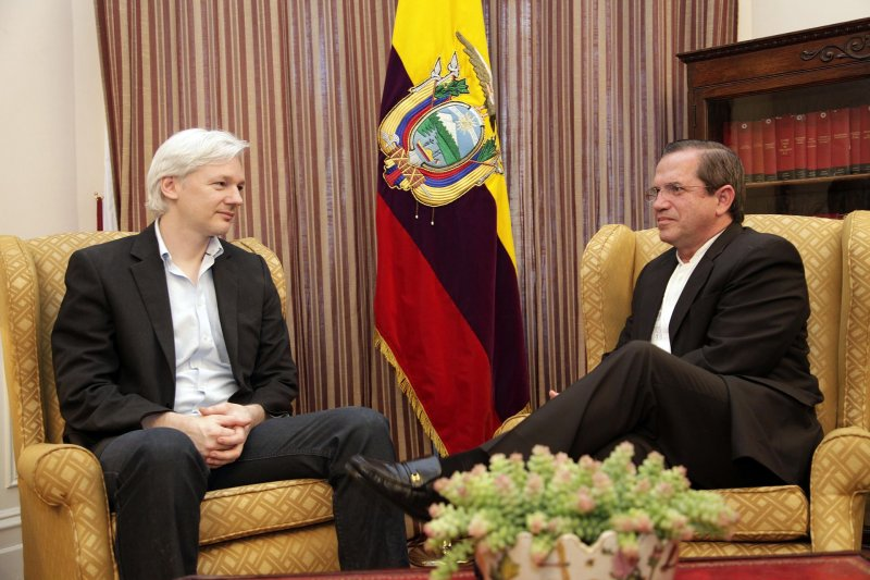 2013年阿桑奇在厄瓜多大使館會見厄國外長Ricardo Patiño。(維基百科)