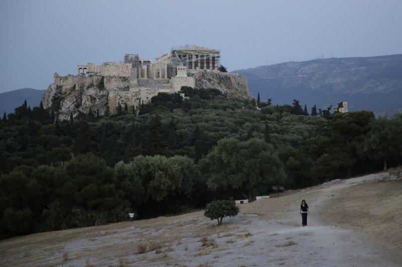希臘信仰屬東正教,反對火葬,墓園客滿時強迫家屬移走屍骨,圖為雅典衛城(Acropolis)。(美聯社)