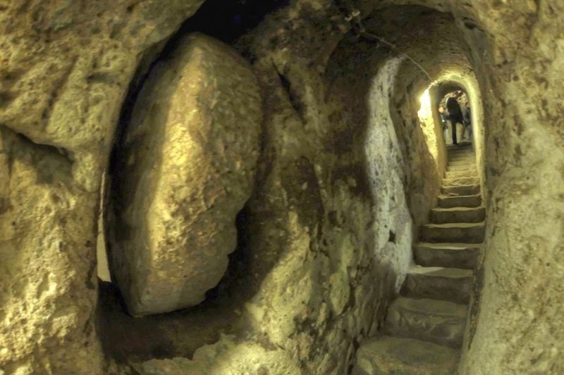 那天,他挖碎了他家的牆,發現後面有條長長的隧道......(圖/Nevit_Dilmen@Wikimedia_Commons)