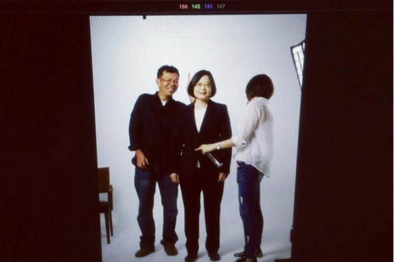 未入府前,清大社會所所長姚人多(左)在《新新聞》寫文章,指出民進黨總統參選人、黨主席蔡英文有三大迷思。(取自民進黨instagram).jpg