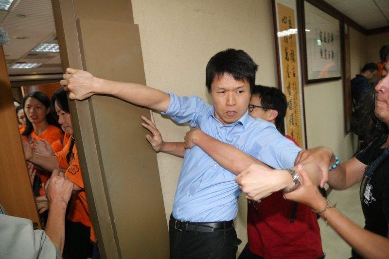20150513-SMG0045-006-國道收費員佔領人事行政總處(楊子磊攝).jpg
