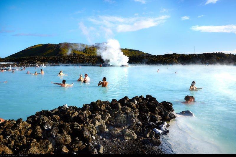 冰島藍湖溫泉沉積豐富的白泥,有美容效果(圖/flickr@Moyan Brenn)