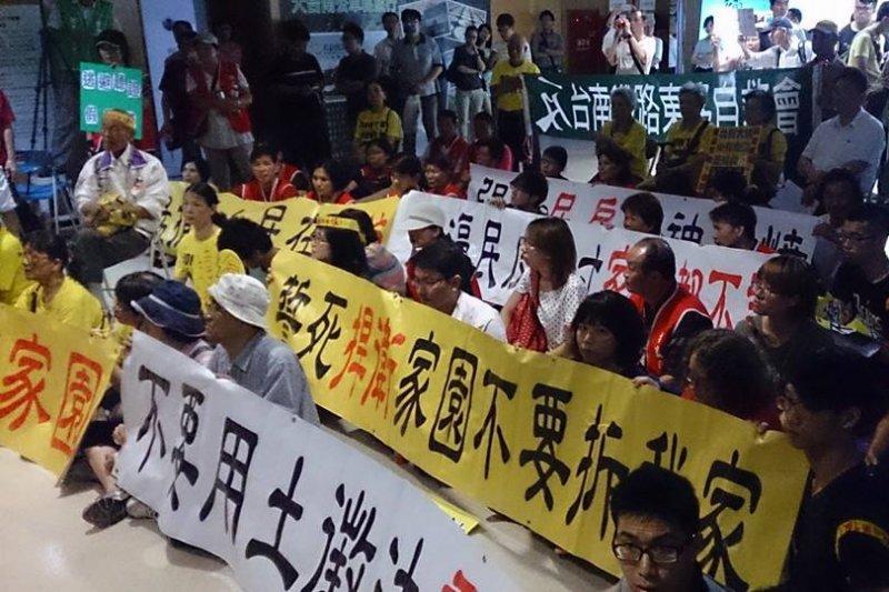 都委會14日審議台南鐵路地下化案,反南鐵東移群眾在會場外抗議。(取自反台南鐵路東移臉書)