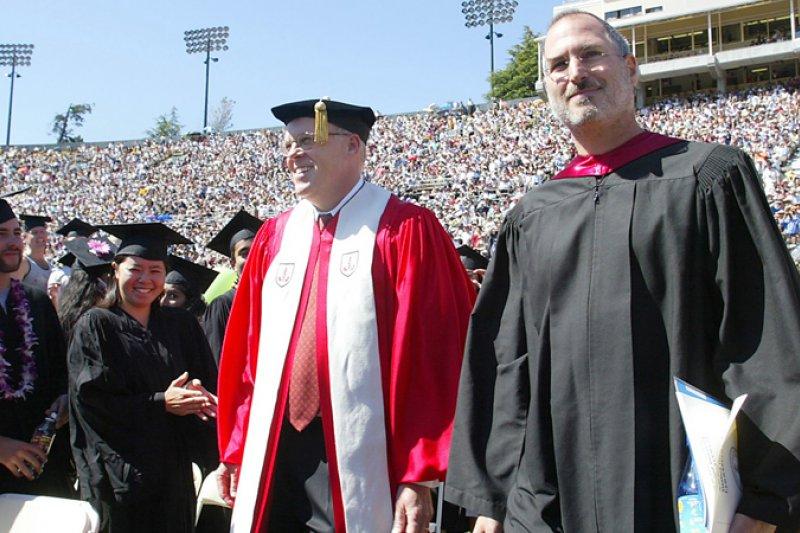 2005年,蘋果創辦人賈伯斯在史丹佛大學對畢業生發表演說。(取自影片)