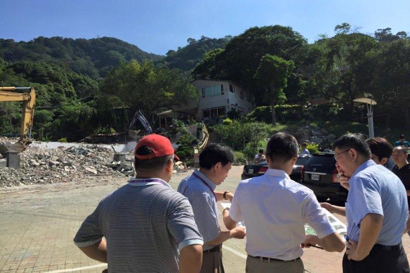 台北市長柯文哲(右)上任後積極處理違建問題,圖為他去年親自監工,拆除北投貴子坑違建。