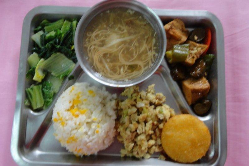 台北市長柯文哲18日上午到市議會備詢時表示,營養午餐調漲上限是10元。(取自營養午餐教育網)