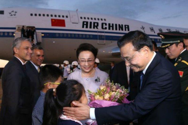 中國國務院總理李克強18日乘專機抵達巴西利亞空軍基地,開始對巴西進行正式訪問(圖為兒童向李克強和夫人程虹獻上鮮花)。