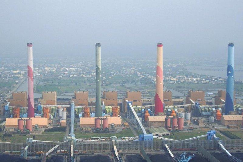 民進黨的減碳雖然理想,但實務上則不可能達到。圖為台灣最大的台中火力發電廠。