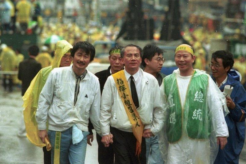 1992年4月19日,施明德(左)與黃信介、許信良(右)、林義雄(中)率領數萬群眾遊行要求總統直選。(BrockF5/維基百科)
