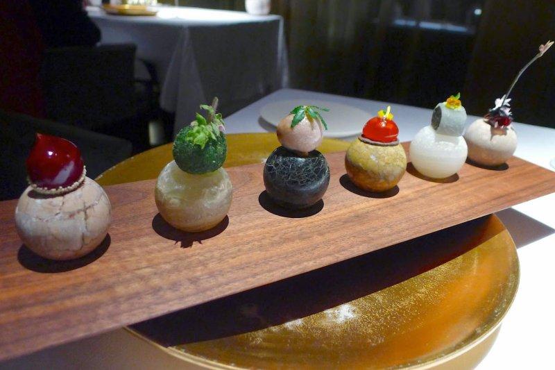 以五顆小石頭為盤飾的前菜,每顆石頭隨菜色溫度而有所不同(圖/胖狗過生活)