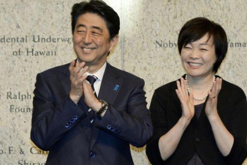 安倍昭惠自己披露後,部分主流傳媒簡短報道了,部分主流傳媒仍沒報告,顯示了日本輿論對首相與首相夫人參拜的意義看法很不同(圖為日本首相安倍與夫人安倍昭惠,資料照片)。