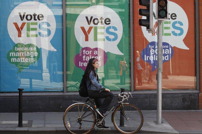 愛爾蘭街頭的公投看板。(美聯社)