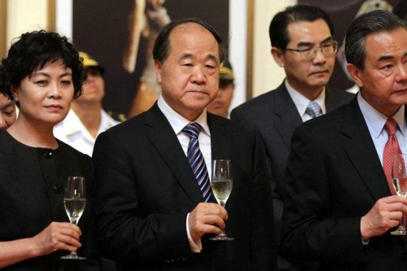 莫言(中)缺席座談會前的上午與中國外長王毅(右)等人參觀了利瑪國立考古與人類歷史博物館。