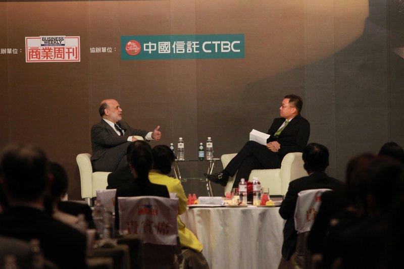 美國聯準會前主席柏南奇(左)與央行總裁彭淮南會面,會後彭淮南提供一篇自己撰寫的反QE政策文章給柏南奇參考。(商業周刊提供)