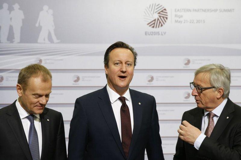 英國首相卡麥隆(David Cameron,中)日前在歐盟峰會上與歐盟執委會主席容克(Jean-Claude Juncker,右)、歐洲理事會主席圖斯克(Donald Tusk)合影。