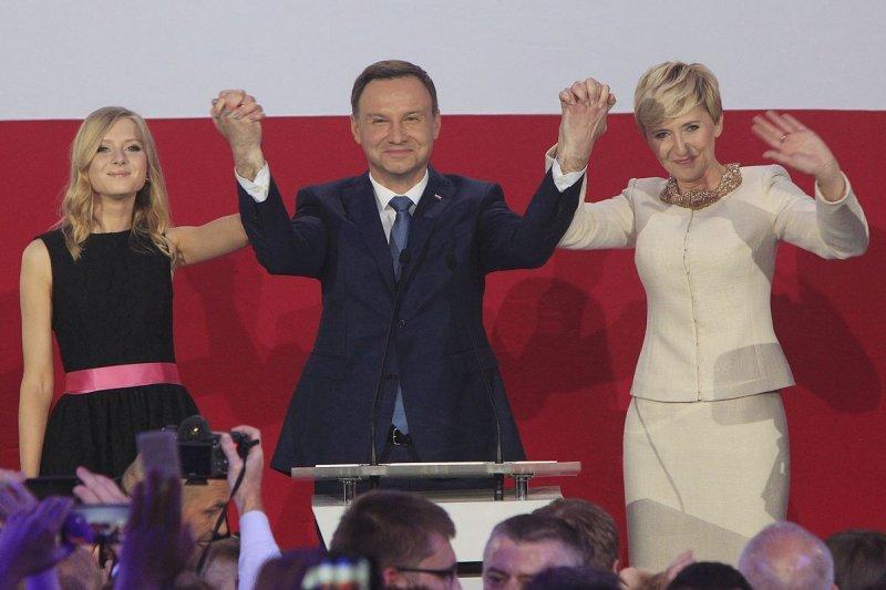 波蘭新任總統杜達(Andrzej Duda)與妻子、女兒謝票。
