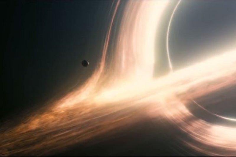 為什麼黑洞不黑,上下圍繞著一圈「光環」?(圖/擷取自youtube)
