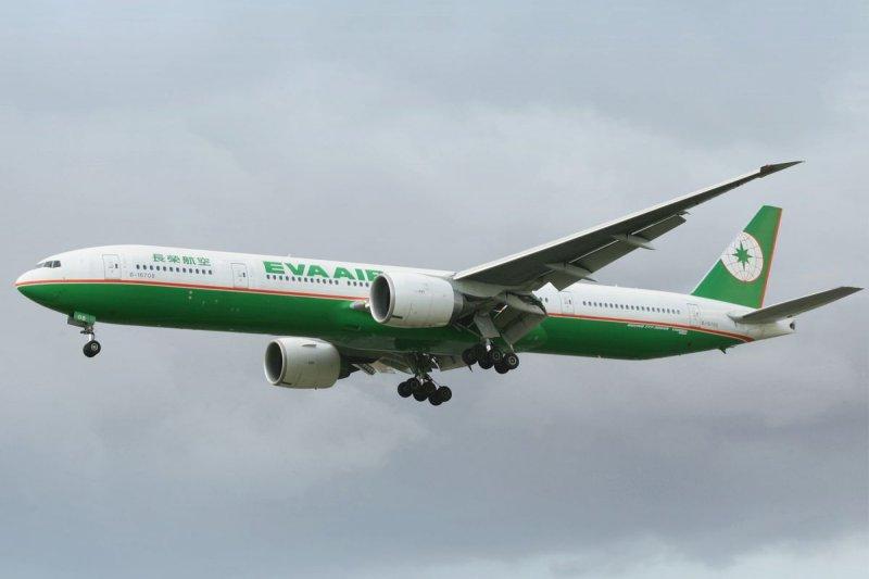 長榮航空一架波音B777-300ER型客機於2017年遇亂流,導致機組員及乘客受傷事件,飛安會15日公布調查報告。圖為長榮航空波音777-300ER客機。(資料照,取自長榮航空網站)