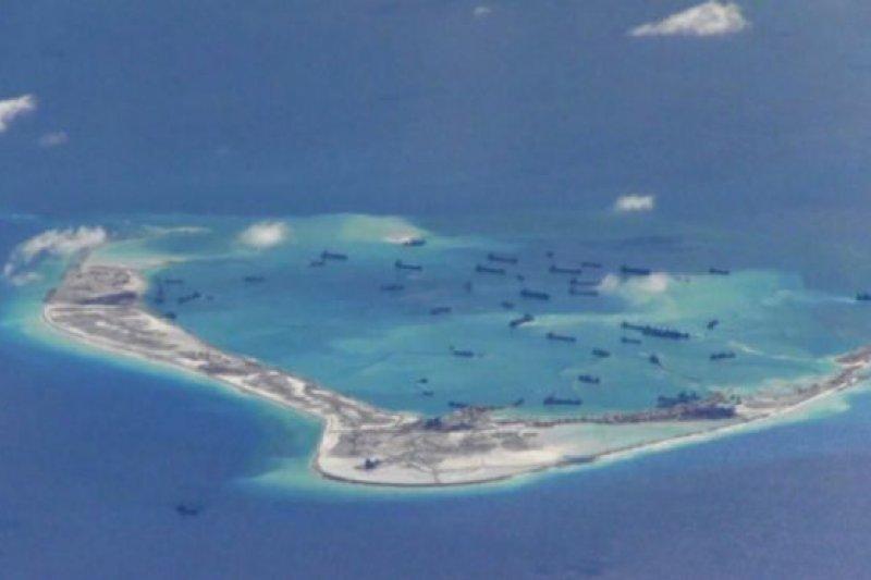 中國在南沙群島永暑礁上填海造島。