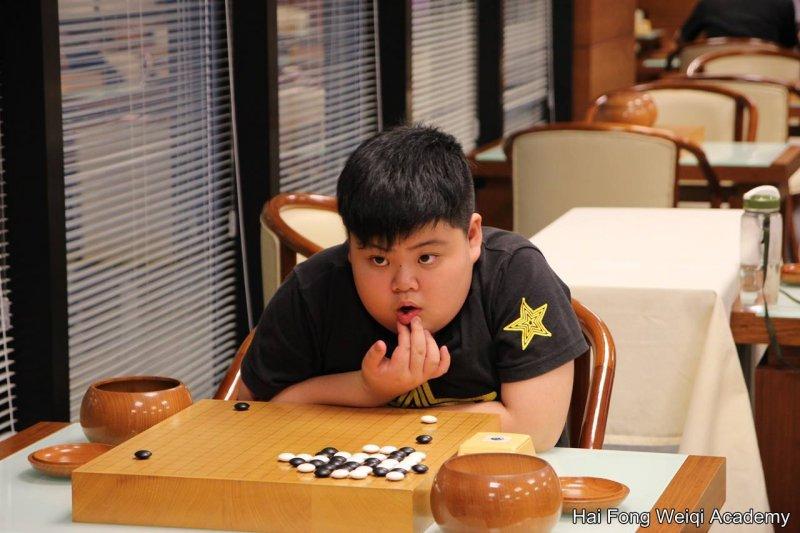下圍棋的孩子出神思考。