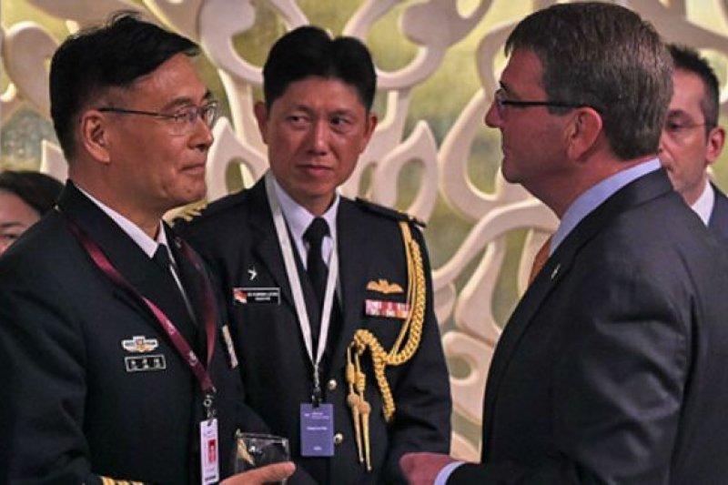 出席會議的中國人民解放軍副總參謀長孫建國與美國國防部長卡特交談。(BBC中文網)