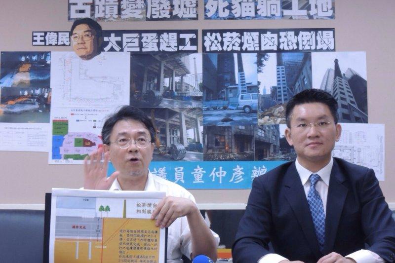 北市議員童仲彥(右)與工程專家王偉民(左)1日召開記者會,表示若大巨蛋繼續開挖,古蹟煙囪一定會倒。(童仲彥辦公室提供)