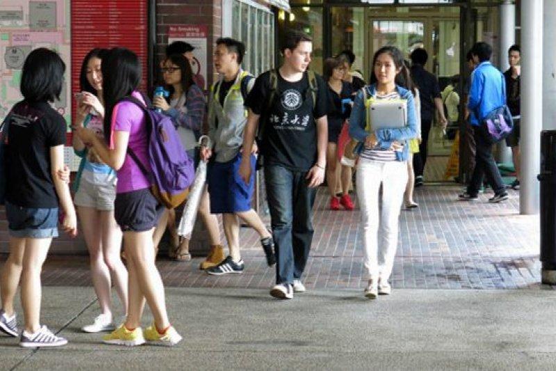 「雨傘運動」後的第一個六四,各方矛盾突顯,香港的年輕一輩亦對六四、支聯會路線有不同的看法,學聯更首次缺席六四晚會(圖為香港理工大學校園,BBC中文網資料照片)。