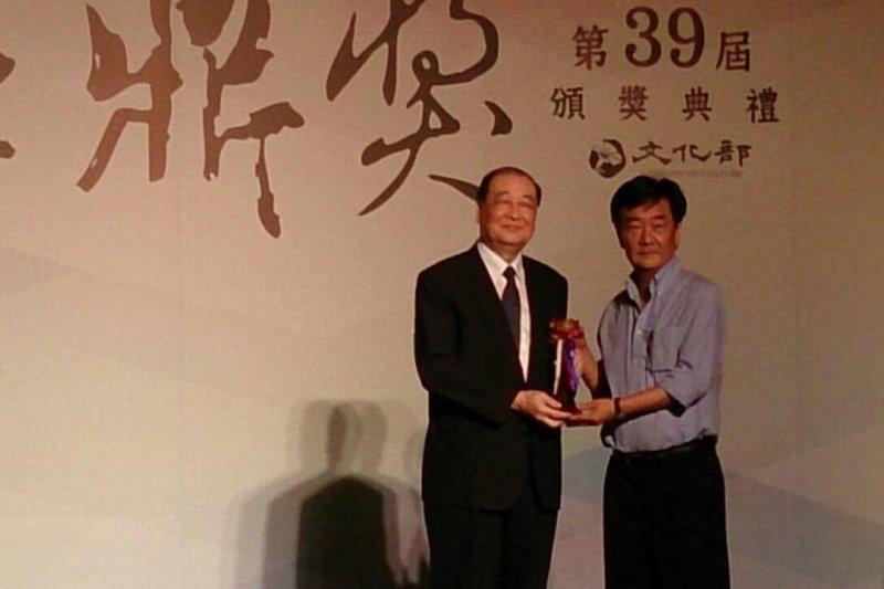 第39屆金鼎獎,雜誌類由印刻文學「印刻文學生活誌」獲得,圖為印刻總編輯初安民(右)及文化部長洪孟啟(左)。(陳怡君攝)