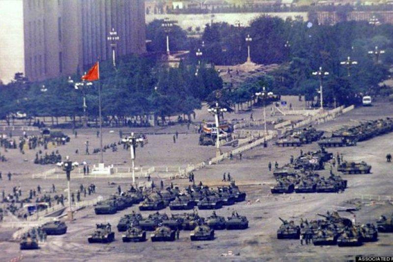 1989年5月20日,中共中央宣布北京戒嚴,調動各路人馬進北京。(美聯社)