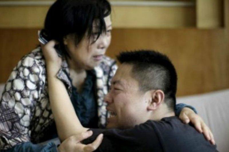 情緒激動的家屬在上海和南京繼續等待著來自監利的消息。(BBC中文網)
