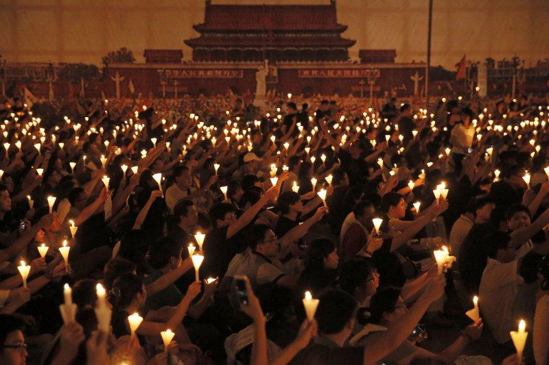 今年是六四事件27週年,陸委會發表聲明表示,六四事件的歷史傷痕應該被正視與撫平。圖為去年香港六四紀念活動。(資料照,美聯社)