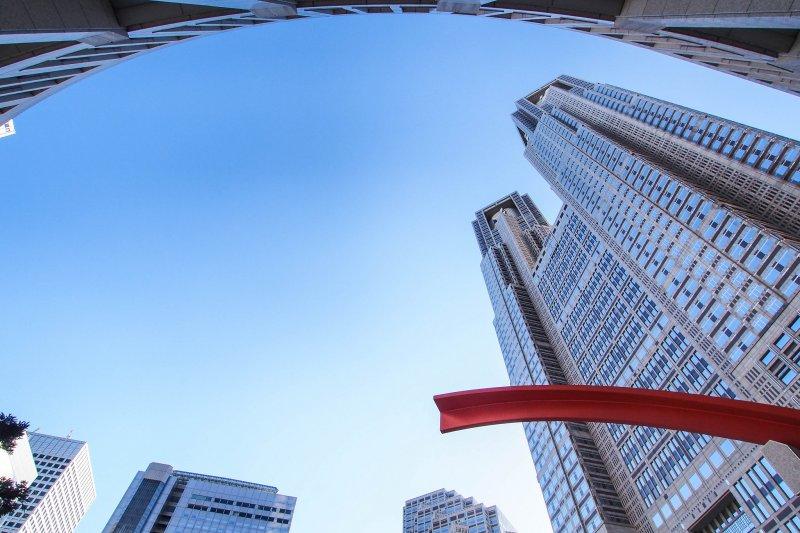 萬丈高樓平地起,許多知名企業家其實沒有背景,也未受過正規教育,卻將劣勢轉為優勢,最後成就一番事業。(minoir@flickr)
