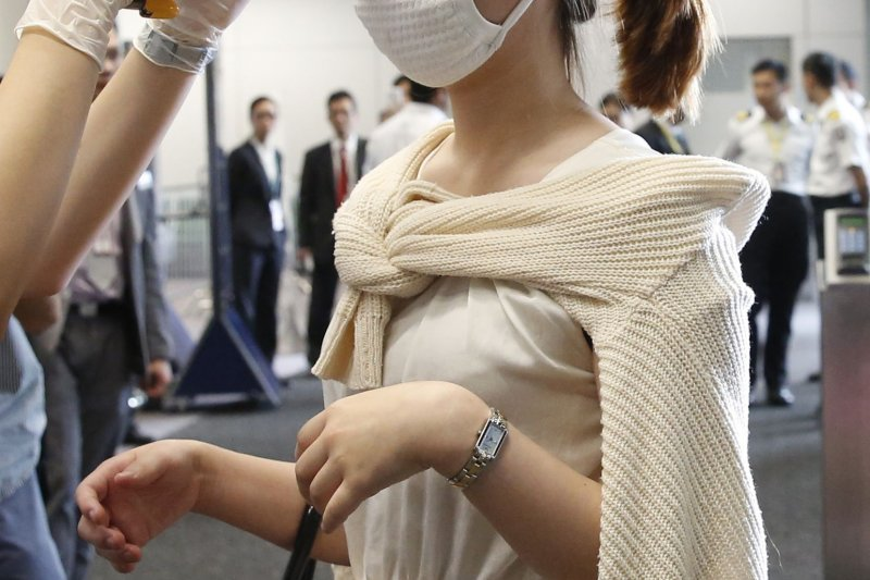 研究指出,人體體溫過去百餘年來持續下降。圖為從釜山抵達首爾的民眾量體溫。(美聯社)