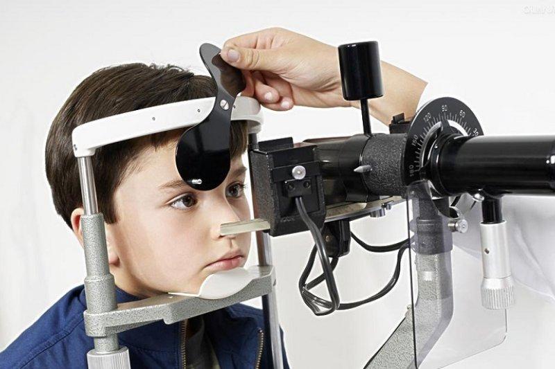 視力篩檢無法阻遏兒童視力衰退的事實。(網路圖片)