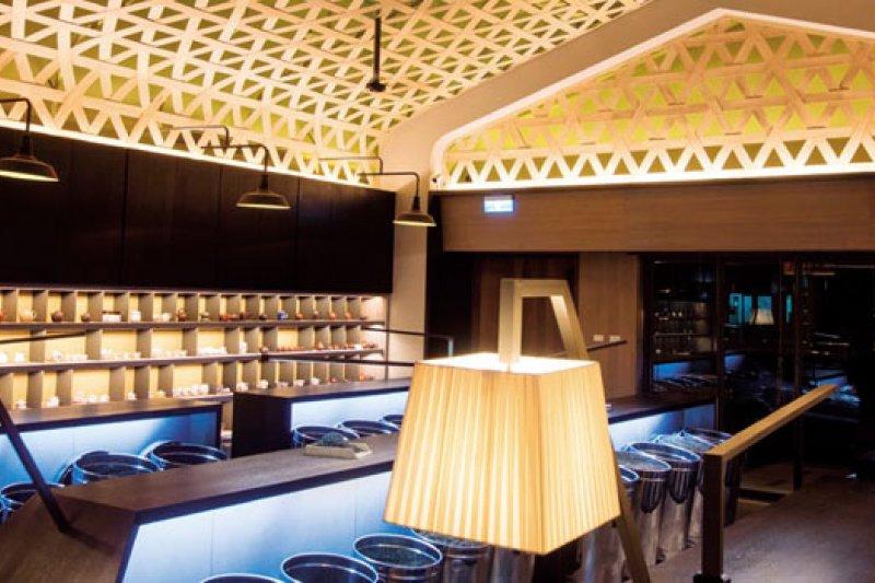 以15公分寬的木片交錯編織的天花板,是林茂森茶行最吸睛的視覺焦點,商業周刊提供,限用一次也是讓國際評審最讚歎的地方。(來源.楊竣淞)