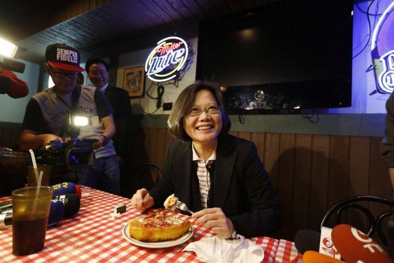 民進黨黨主席蔡英文訪美,在芝加哥愉快的吃pizza。(取自臉書)
