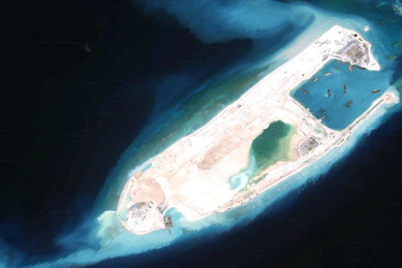 國防部在「2015年中共軍力報告書」中指出,中國在南沙的華陽、東門、赤瓜、南薰及永暑等5島礁均已完成階段性工程與興建跑道。圖為永暑礁衛星照片(取自Google map)