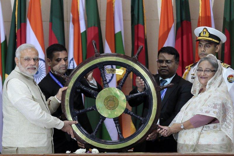 印度總理莫迪(左)與孟加拉總理哈西娜(右)。(美聯社)