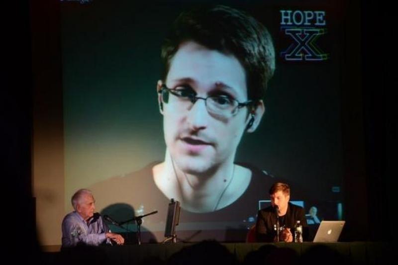 史諾登2014年7月19日視訊現身HOPE紐約大會,與艾爾斯柏(左下)進行對談。(翻攝自HOPE官網)