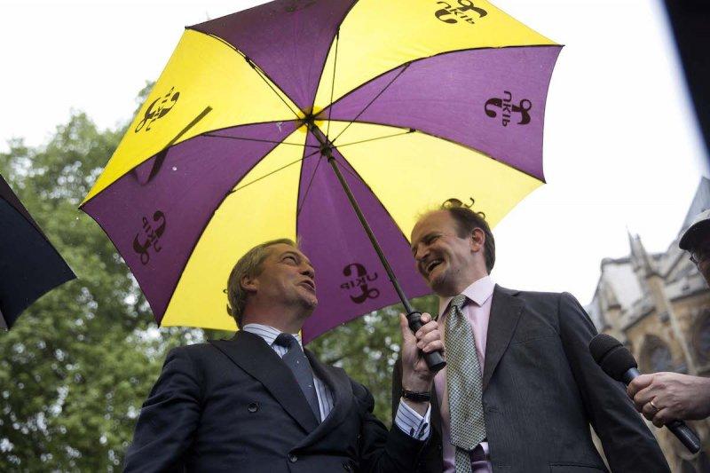 UKIP黨魁法拉吉(左)與卡斯威爾(右)。(美聯社)