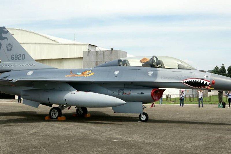 20150608-空軍下午在新竹展示抗戰勝利70周年勝利紀念塗裝。F16,飛虎隊,鯊魚頭戰機。蘇仲泓攝