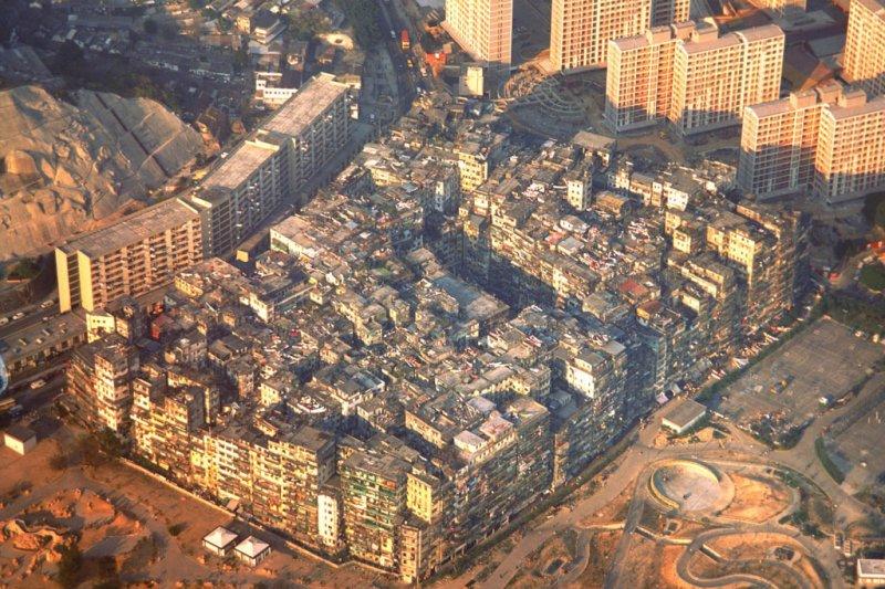 黃昏下,俯瞰九龍寨城,與周圍的高樓華厦形成強烈對比。 出自準建築人手札網站 Forgemind ArchiMedia