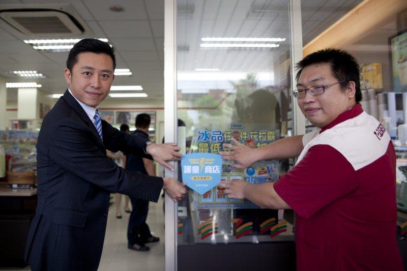 新竹市政府與4大超商合作,成立護童商店。圖為新竹市長林智堅與超商業者共同貼上護童商店貼紙。(新竹市政府網站)