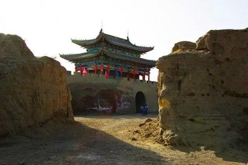岳鍾琪是雍正王朝的將軍,征準葛爾時曾屯兵於此軍營。(取自網路)