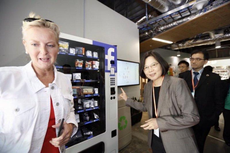 民進黨黨主席蔡英文訪美,參觀臉書總部。(取自臉書)